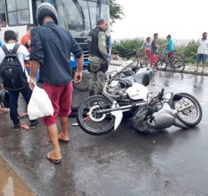 Mulher morre após colisão entre duas motocicletas...