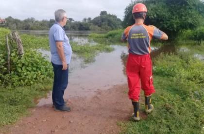 Prefeito Carlos Monte visita locais que estão com o nível de água elevado na cidade