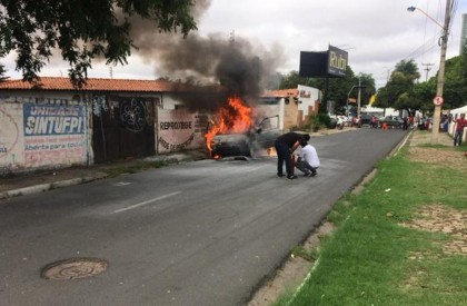 Veículo pega fogo em rua na zona Leste de Teresina