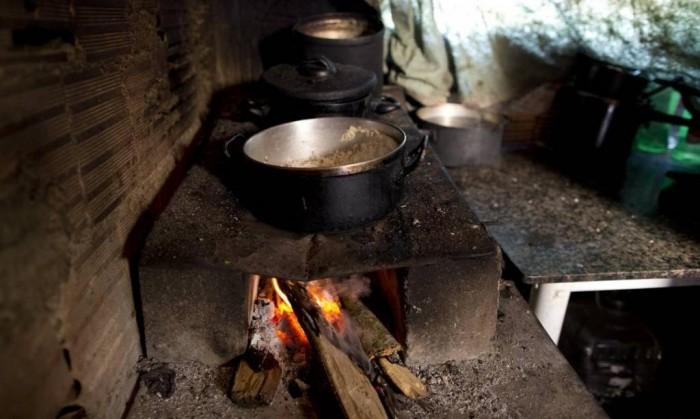 52% das famílias no Maranhão ainda usam lenha ou carvão para cozinhar