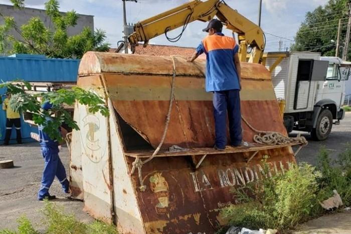 Fiscalização apreende cavaletes e recolhe trailers irregulares