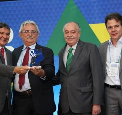 Prefeito de Barras é premiado com troféu...