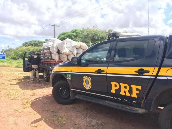 PRF apreende carvão vegetal sem nota fiscal e sem licença ambiental na BR 402