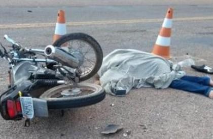Mulher morre após colisão entre moto e caminhonete