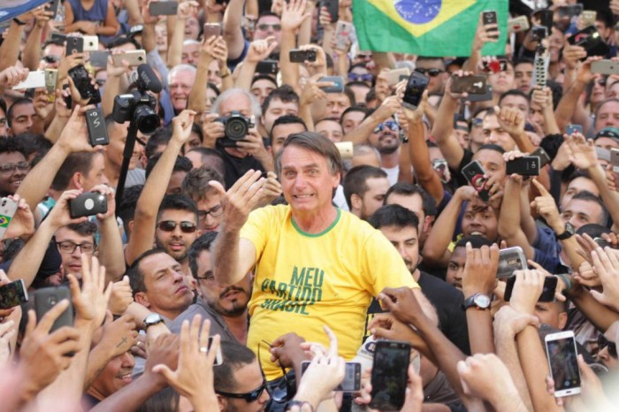 Campanha de Bolsonaro teve 11 milhões de santinhos sem declarar à Justiça Eleitoral
