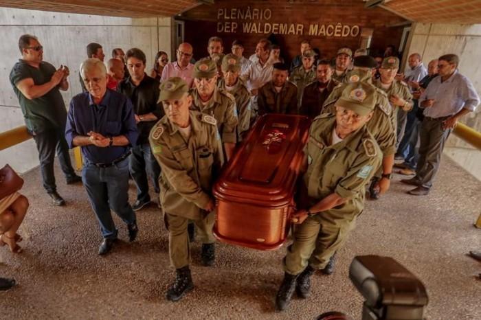 Políticos, amigos e familiares prestam última homenagem a Fernando Monteiro na Alepi