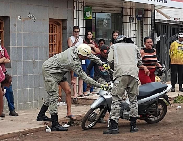 Bombeiros retiram Jiboia escondida dentro de uma moto em Picos