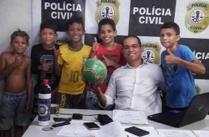 Crianças procuram delegacia após vizinha tomar bola, no Maranhão