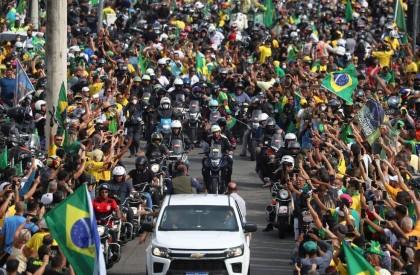 Bolsonaro provoca aglomeração em passeio de moto com apoiadores...