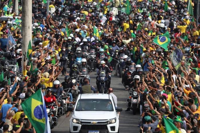 Bolsonaro provoca aglomeração em passeio de moto com apoiadores no RJ