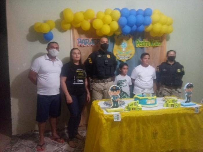 Garoto fã da PRF ganha festa temática com a presença de policiais em seu aniversário, no Piauí