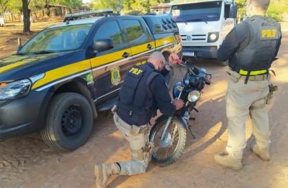 Embriagado e sem habilitação, condutor é preso com motocicleta roubada